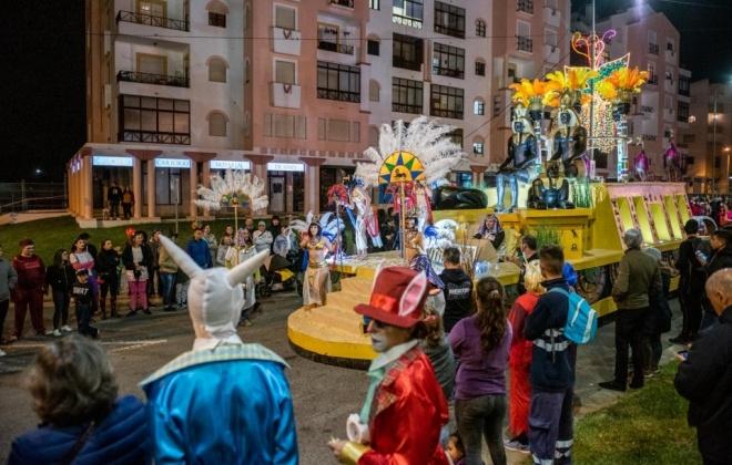 Carnaval noturno em Sines com milhares de participantes