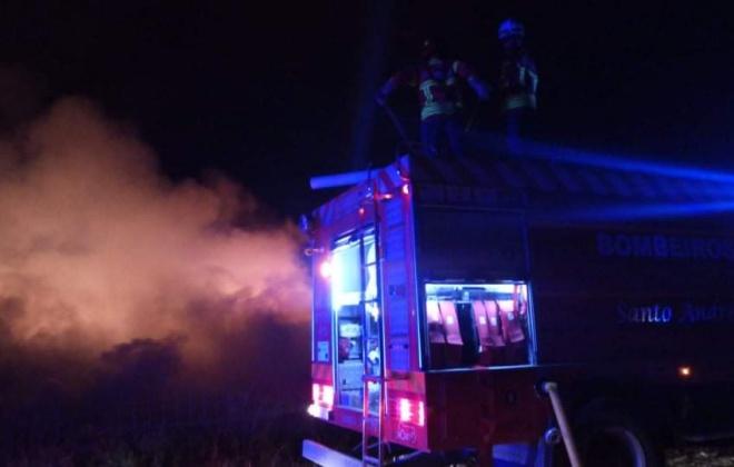 Bombeiros combateram um incêndio no aterro sanitário em Santo André