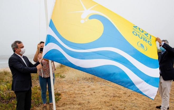 """Praia de São Torpes recebeu bandeira """"Qualidade de Ouro"""""""