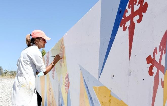 Madalena Palminha está a pintar mural de homenagem aos Caminhos de Santiago