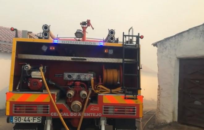 Bombeiros do Centro e Sul combatem incêndio em Odemira