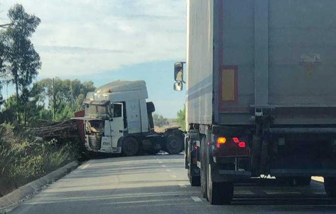 Despiste de camião obriga ao corte do CM 1160 em São Teotónio, Odemira